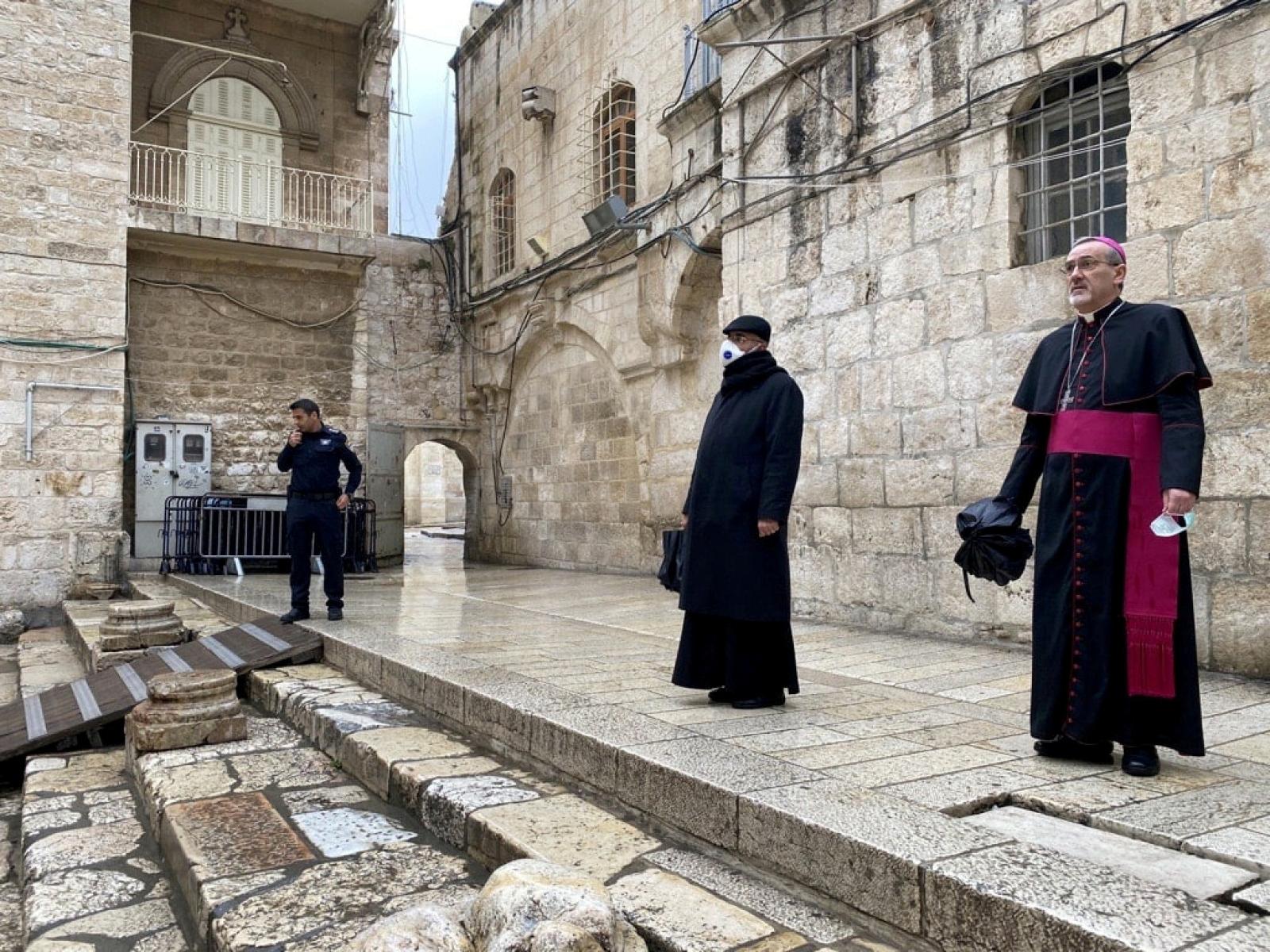 Nadbiskup Pierbattista Pizzaballa (desno) u razgledavanju bazilike prije ponovnog otvaranja /Foto: REUTERS/PIXSELL